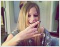 """<span class=""""fdf"""">• Avril, qui est-elle ?</span>"""
